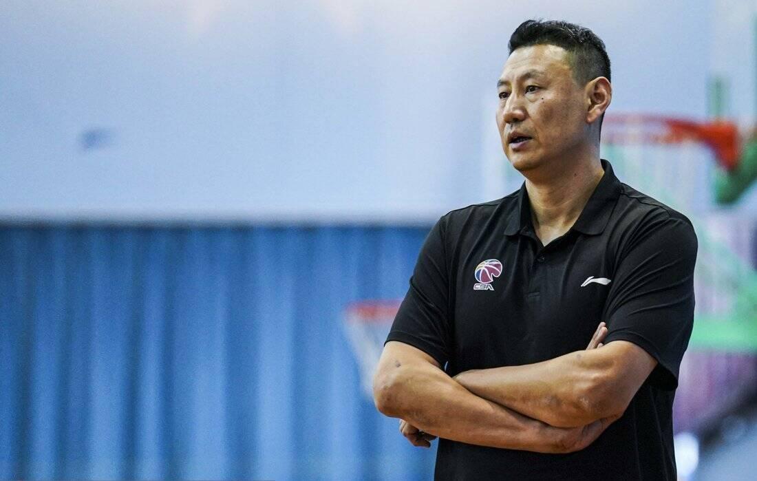 李楠目前执教CBA江苏队。