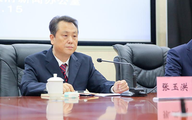 潼南区委常委、区委农工委书记、农业科技园区工委书记张玉洪主持发布会。