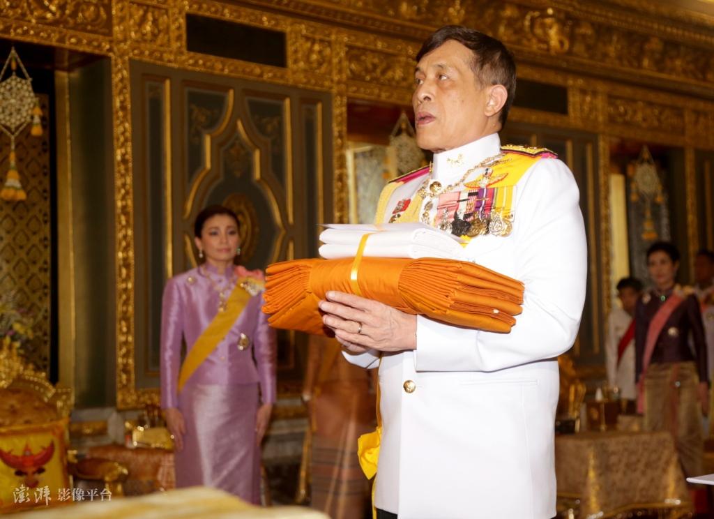 泰国王妃诗妮娜出狱后首次公开露面 陪泰王出席活动