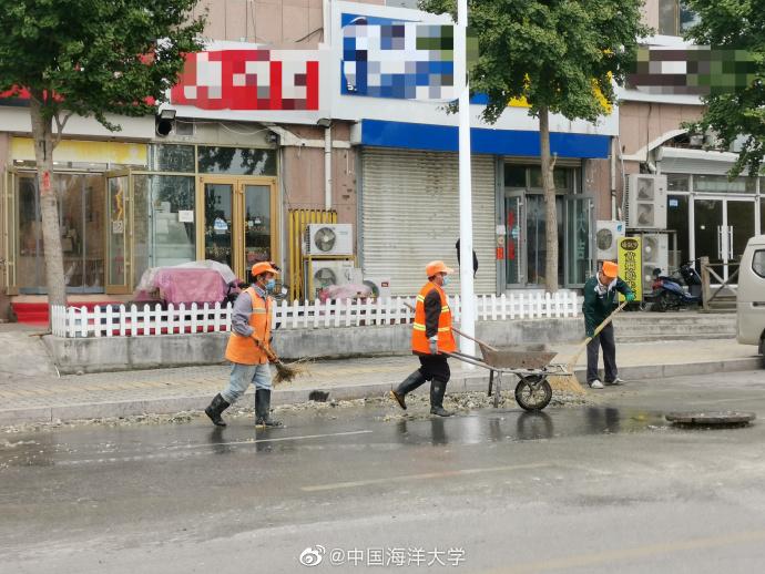"""中国海洋大学通报""""化粪池爆炸"""":校外马路发生下水道冒溢"""