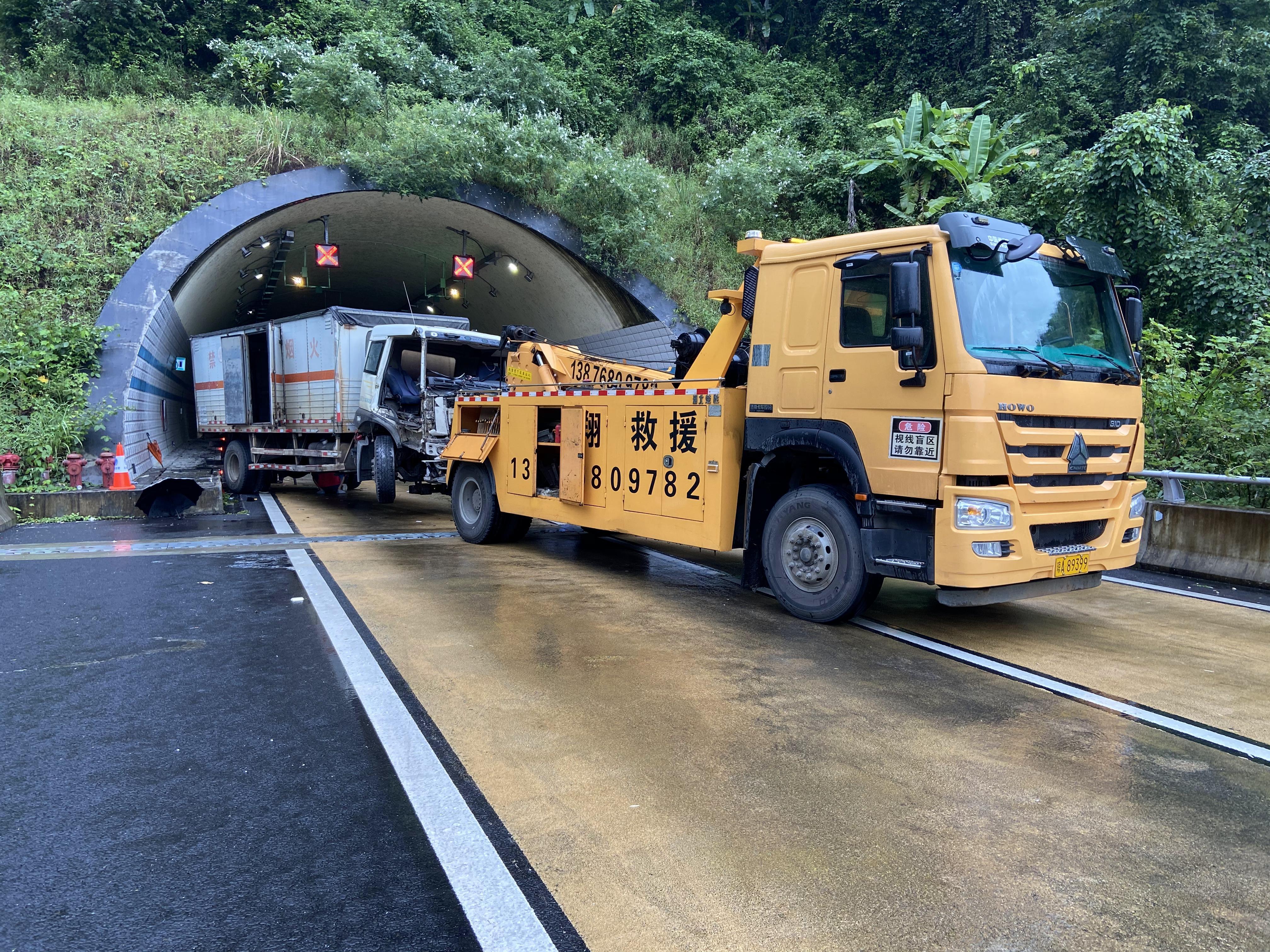 载3吨乳化炸药车辆失控撞上隧道路肩,海南五指山市成功处置