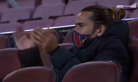 格里兹曼为队友鼓掌。