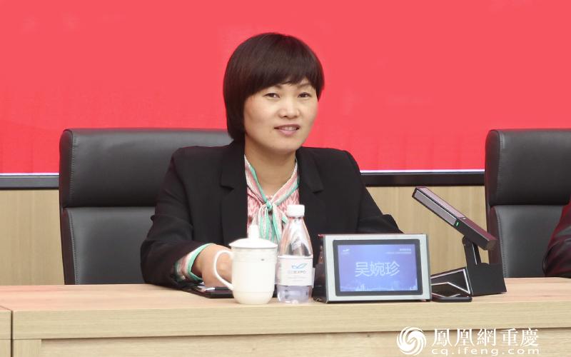 浙江省永康市委常委、宣传部长吴婉珍推介永康文教用品生产基地。