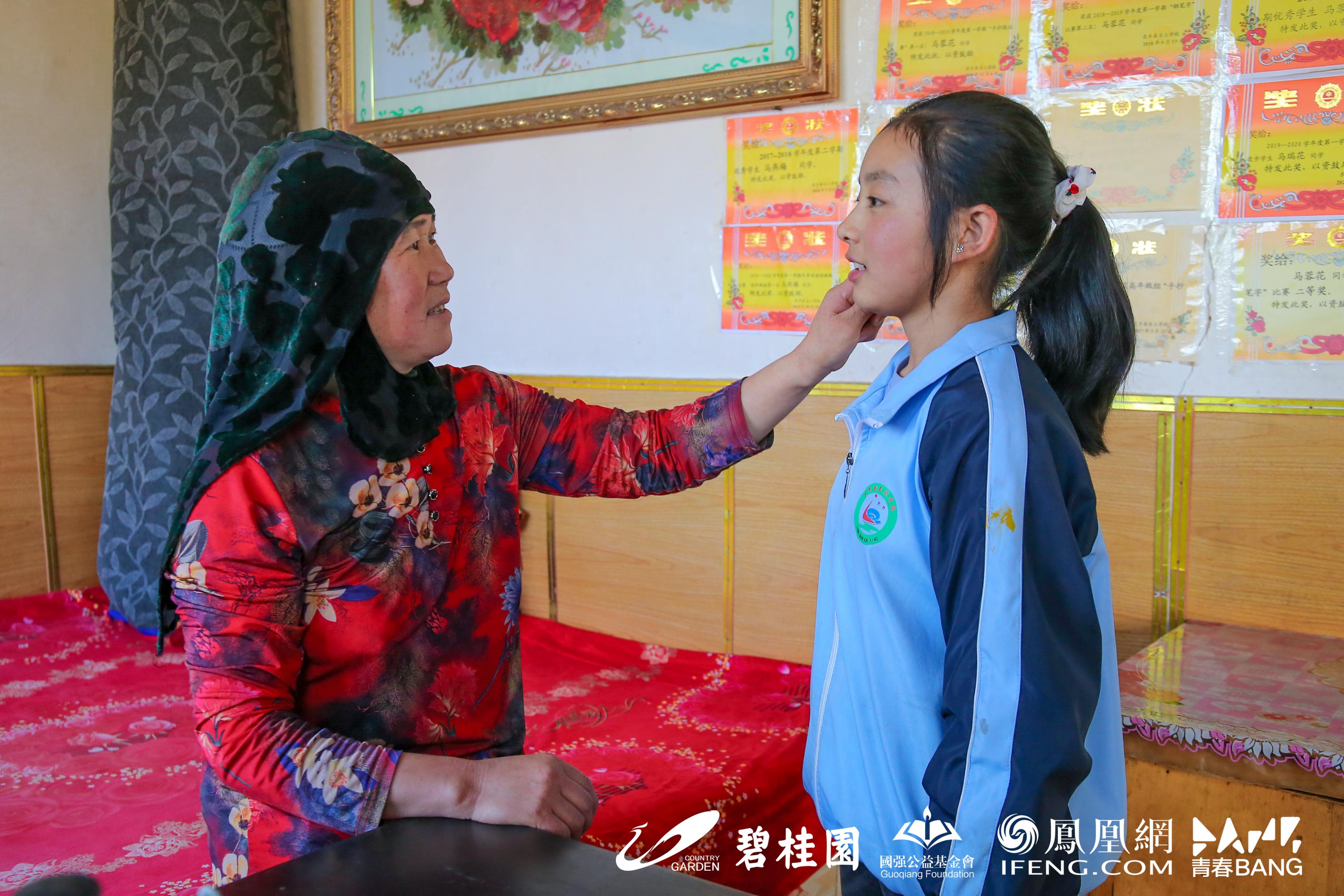 马霞给女儿瑞花整理头发