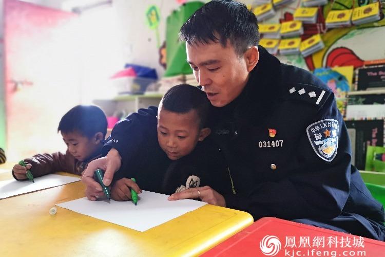 """彝族新年 江油警察""""爸爸""""送画笔圆孩子们新年愿望"""