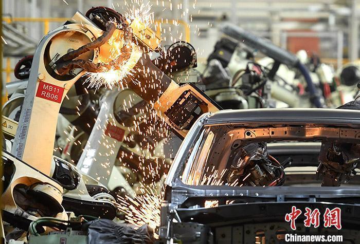 资料图:汽车生产车间的忙碌景象。 <a target='_blank' href='http://www.chinanews.com/'>中新社</a>记者 陈超 摄
