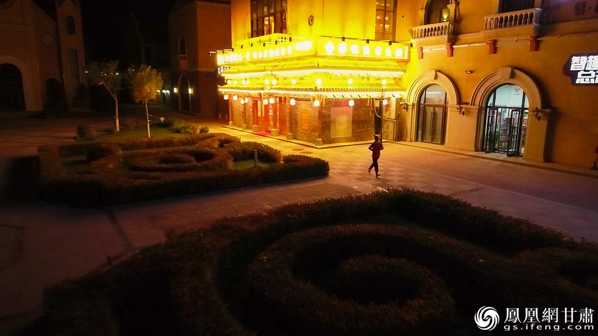 在金昌的夜色中奔跑 杨艺锴 摄