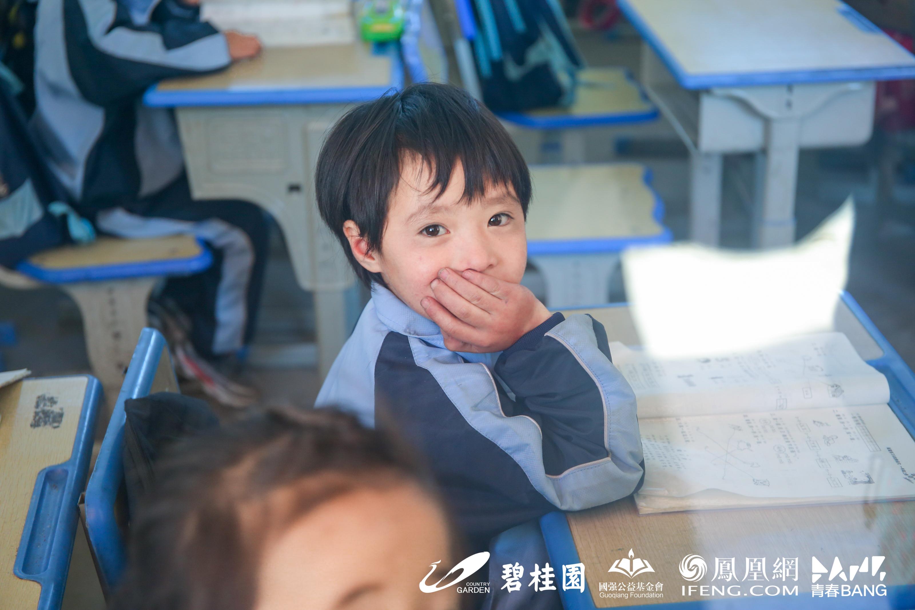 龙泉学校教室里望向窗外的孩子