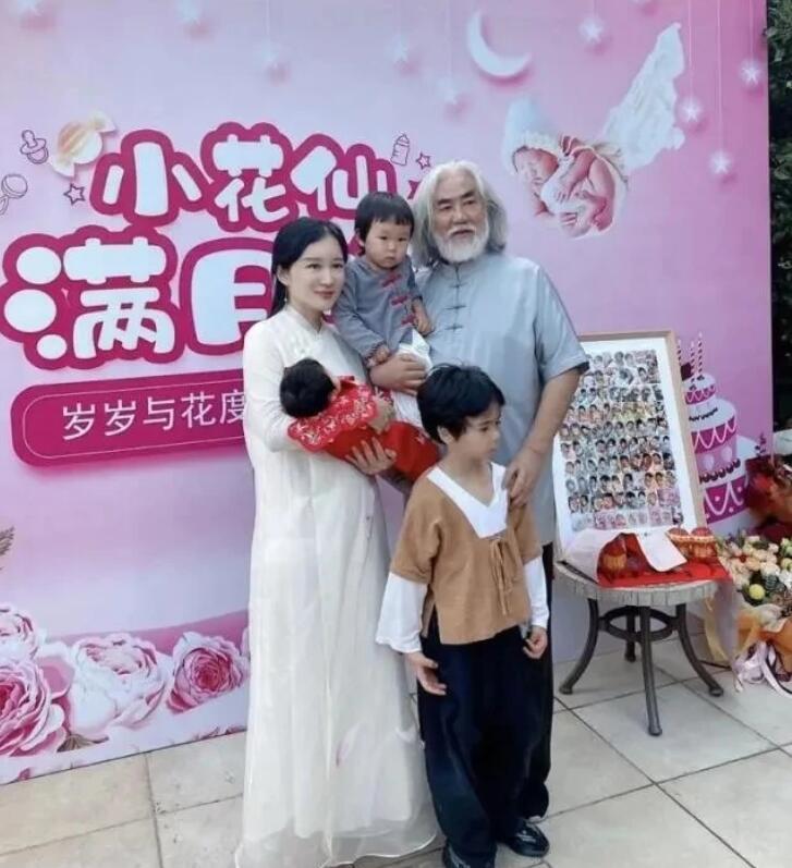 69岁张纪中抱小女儿神色温柔,父女同框似爷孙