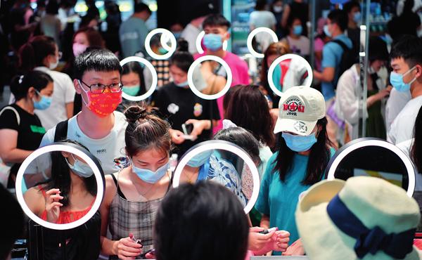 10月5日,游客在三亚国际免税城购物 郭程摄 / 本刊