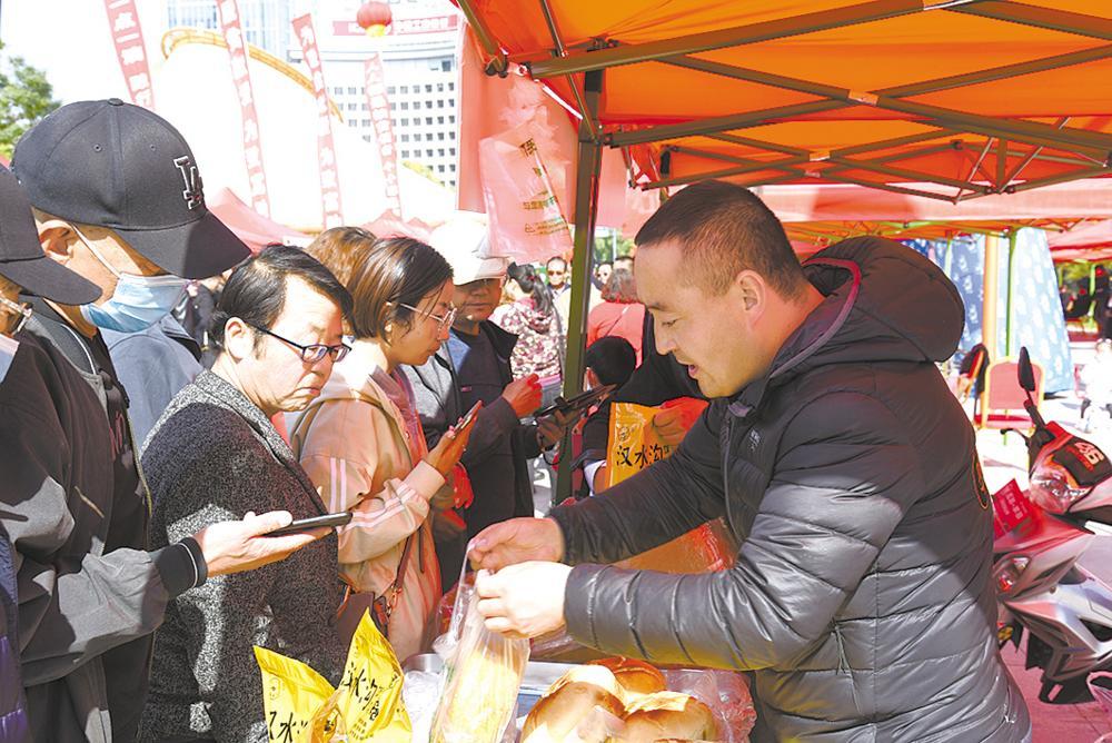 西宁市活动,消费扶贫引得消费者纷纷购买。郑思哲 摄