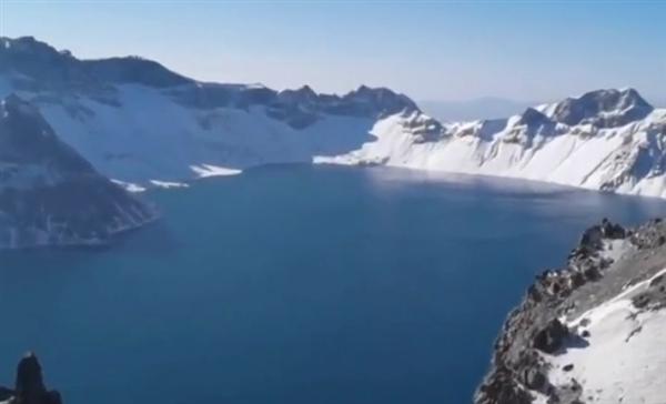 无人机500米高空拍摄到长白山天池不明物体 景区回应