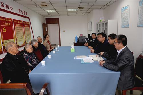 安徽科技学院:90高龄老校友回校捐赠学术专著等史料