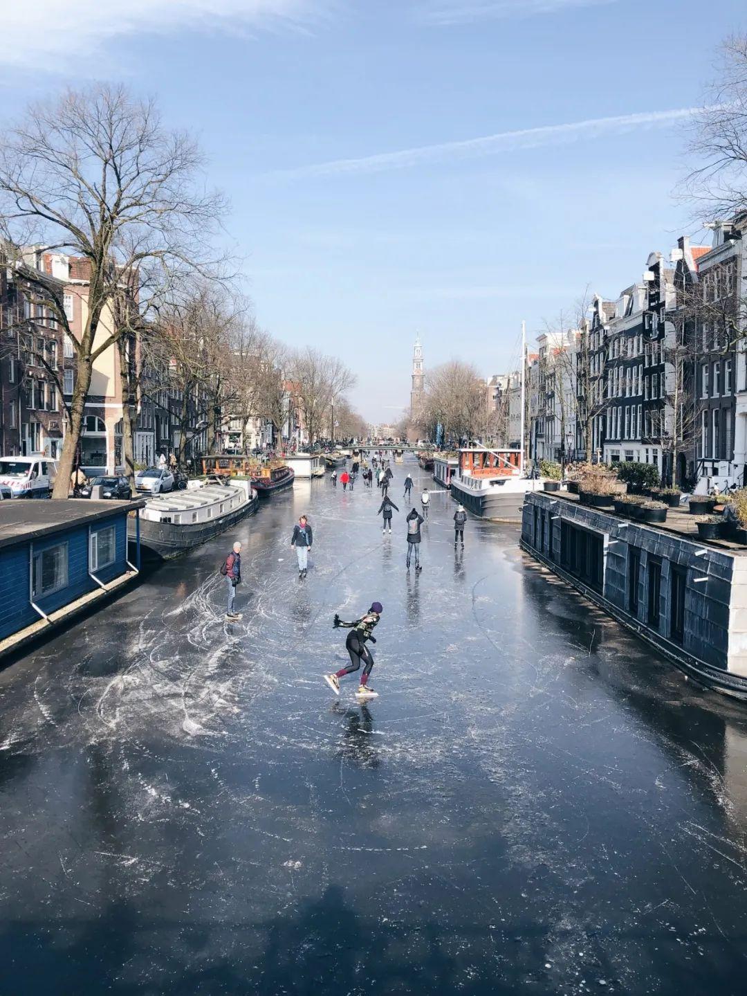 △冬季的运河被冰封了,可以在上面滑冰/unsplash