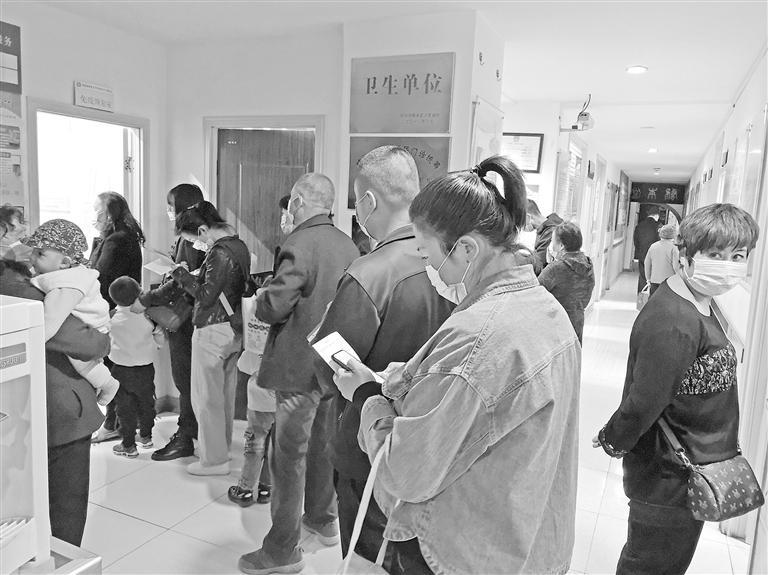 社区卫生服务中心门口等待打其它疫苗的市民排着长队
