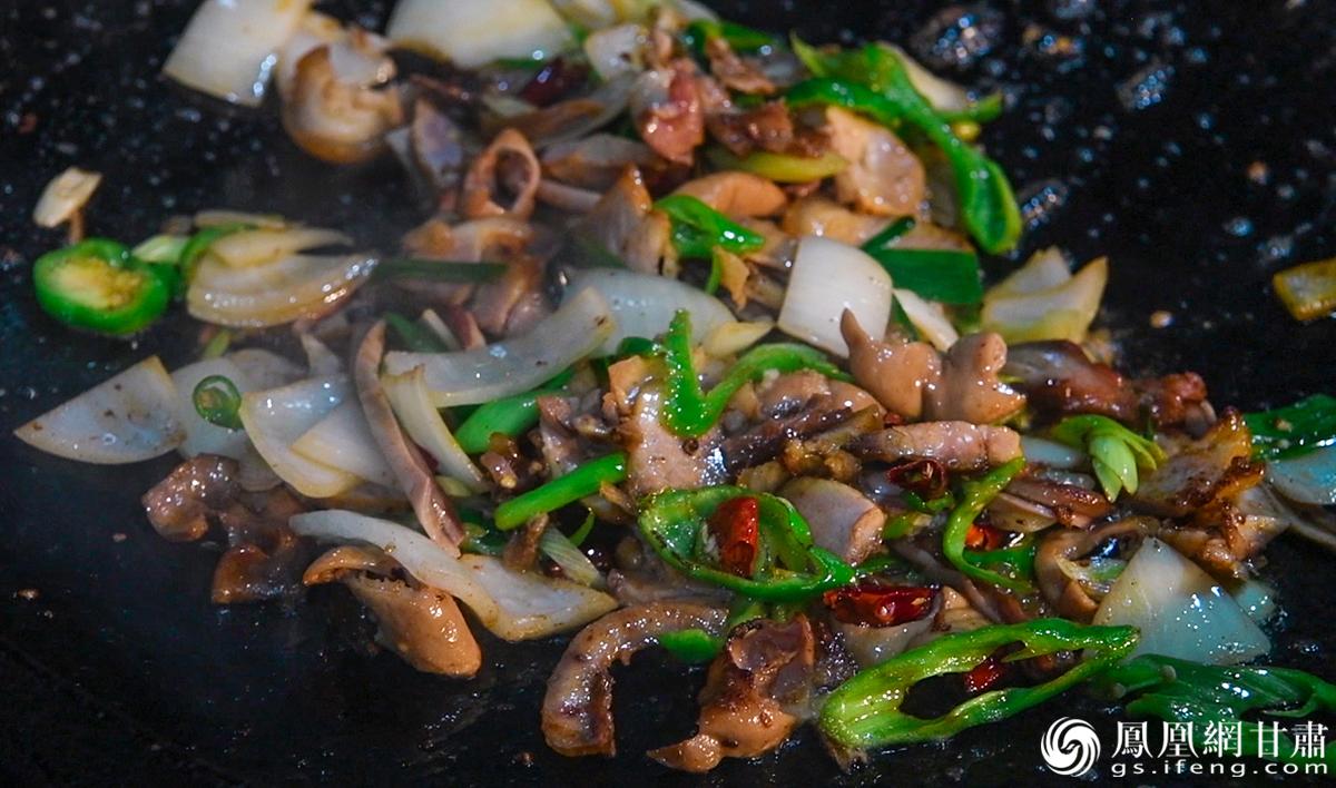 金昌特色美食——炕锅 杨艺锴 摄