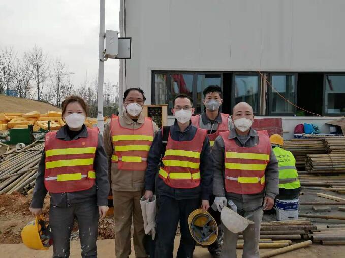 2月3日,来自河北军辉安防科技股份有限公司的部分工人在武汉雷神山医院建设工地。 河北军辉安防科技股份有限公司供图