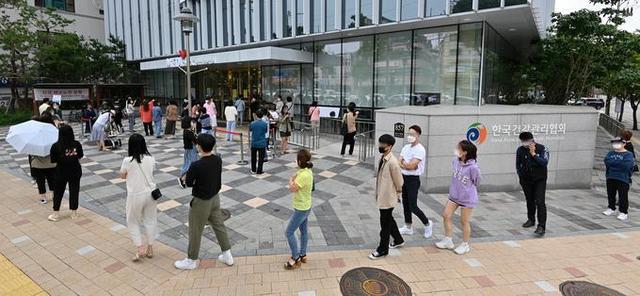 资料图:韩国市民排长队接种流感疫苗(京畿新闻)