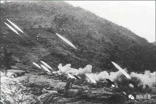 7月13日21时,夜幕下的天空,阴云密布,大雨将至,志愿军第20兵团3个突击集团和第9兵团第24军,在东起北汉江西岸至阳地村25公里的正面上同时发起了攻击。隆隆的炮声首先拉开战幕,1100多门大炮,对金城以南朝鲜军阵地进行猛烈轰击。这是志愿军入朝以来,集中火炮数量最多、火力最强的一次战役。经7~28分钟的火力急袭,将1900余吨炮弹倾泻到南朝鲜军阵地上,破坏了南朝鲜军阵地表面工事30%以上,在开辟通路地段上破坏障碍80%~90%。炮火准备结束后,步兵迅速发起攻击。在1个小时内全部突破了南朝鲜军4个师的防御前沿阵地。