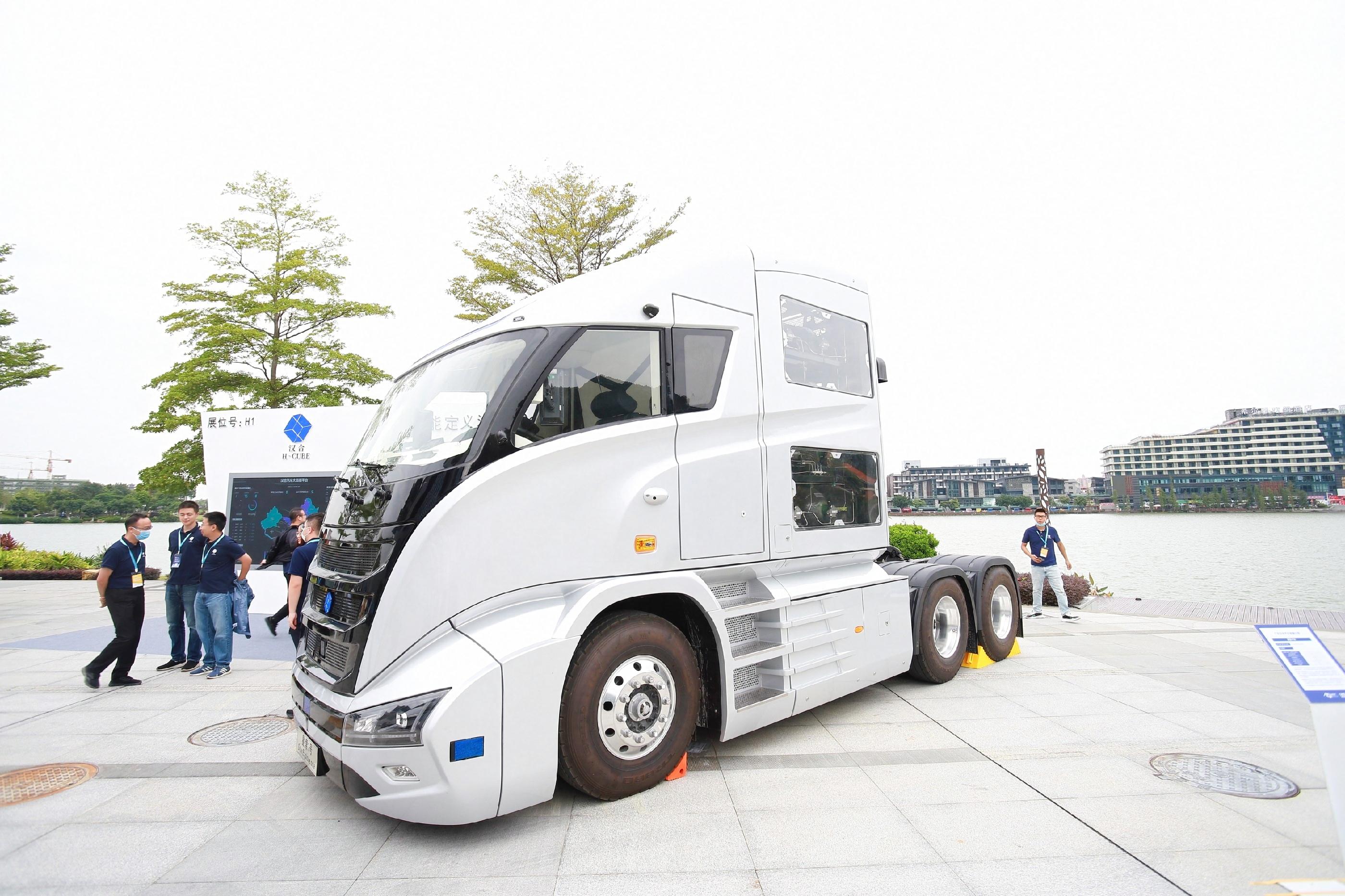 全国首辆自动驾驶氢燃料电池重卡亮相展会