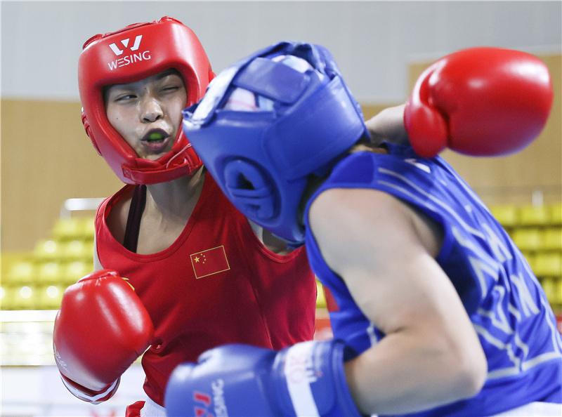 10月17日,河北九江队选手常园(左)与江苏队选手丁芸芸在51公斤级预赛中。