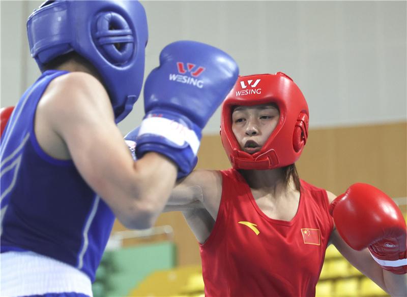 10月17日,河北九江队选手常园(右)与江苏队选手丁芸芸在51公斤级预赛中。