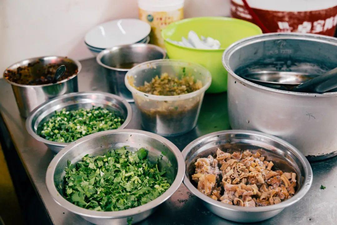 """▲ 坚守""""鸭血汤""""的老店,依然会把鸭肠作为主料之一。摄影/ 镓明,图/南京有个号"""