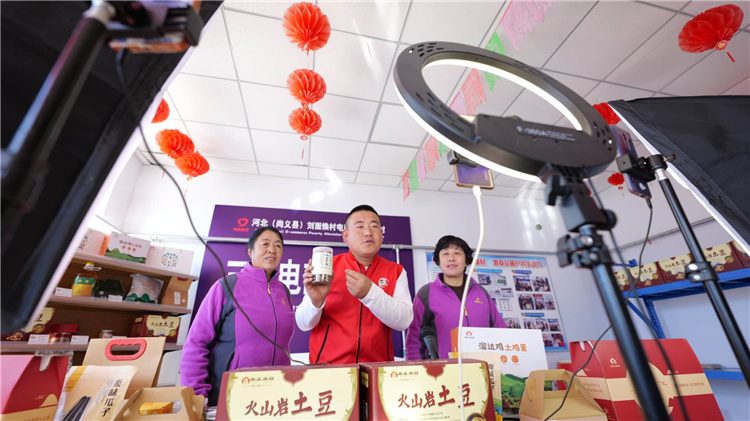 10月17日刘面焕村3名农民主播在直播间直播带货。河北日报记者李佳泽摄