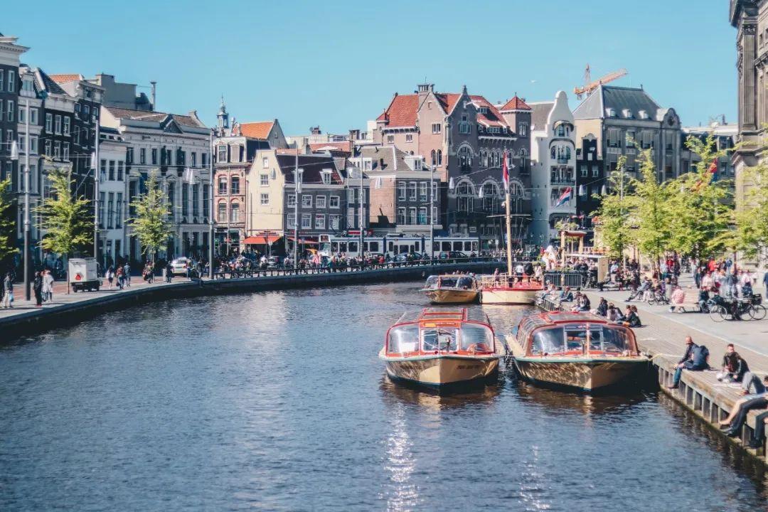 △乘客可以透过阿姆斯特丹游船的玻璃天窗欣赏这座城市的美景/unsplash