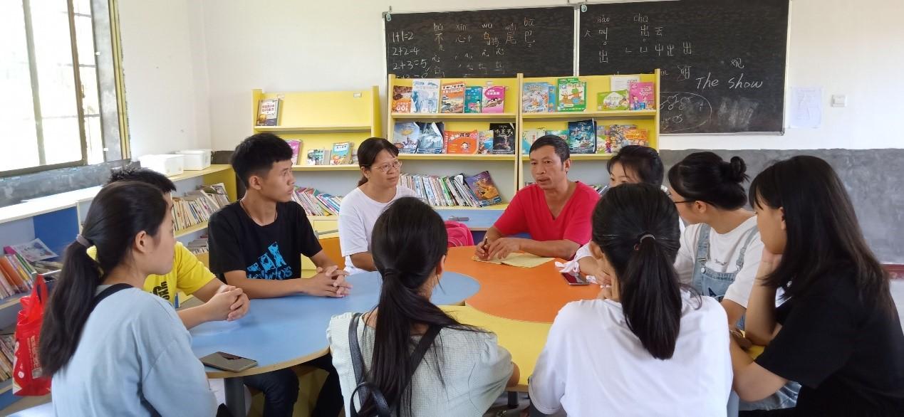"""罗永华创办的""""阳光辅导站""""逐渐吸引了数名大学生前来辅导支教"""
