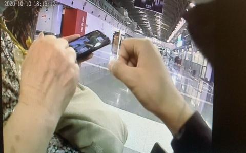 【彩乐园登录进入12dsncom】_85岁老人追星追到北京机场:他中意我