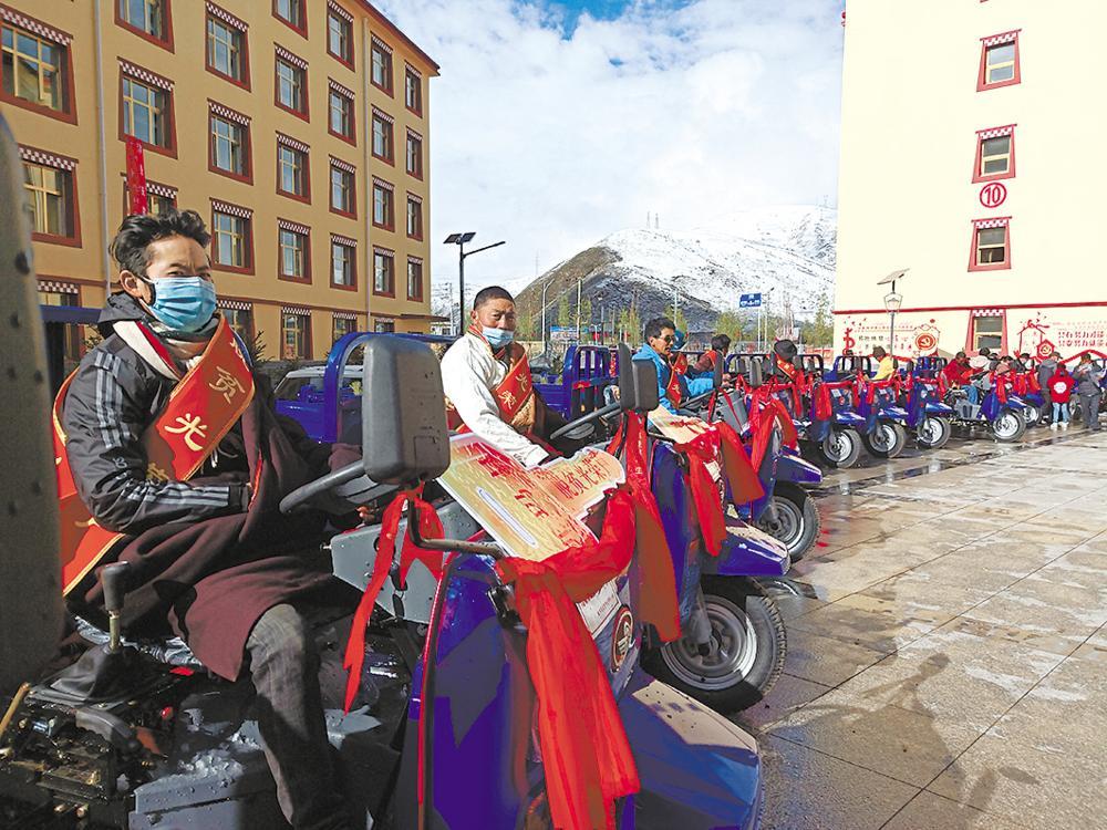 果洛州班玛县为贫困户奖励农资。本报记者 李兴发 摄