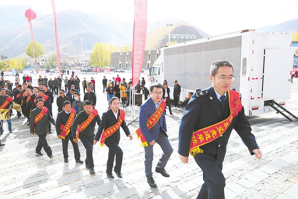 玉树州表彰活动。本报记者 陆广涛 摄