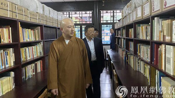 杨小波一行视察图书馆(图片来源:凤凰网佛教 摄影:湖南省佛教协会)