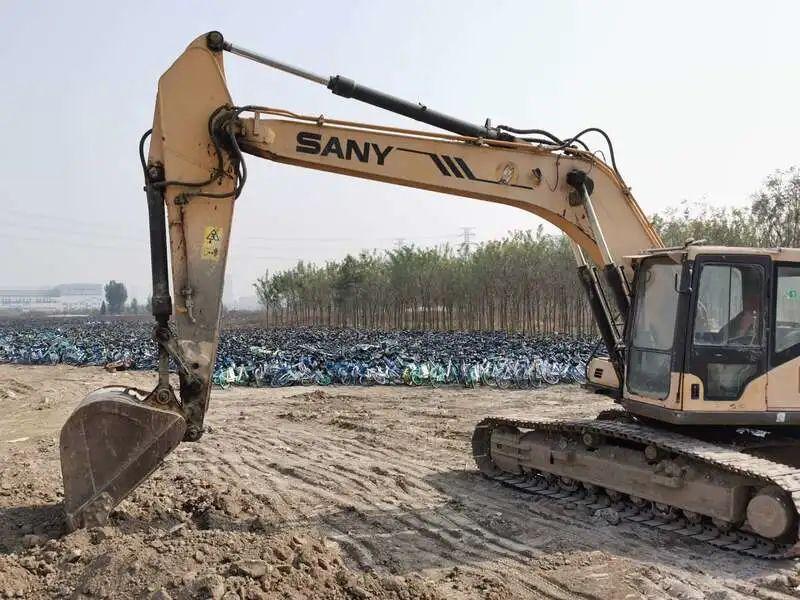10月25日,保定市北三环外一片荒地堆放了大量共享单车。中青报·中青网记者 耿学清/摄