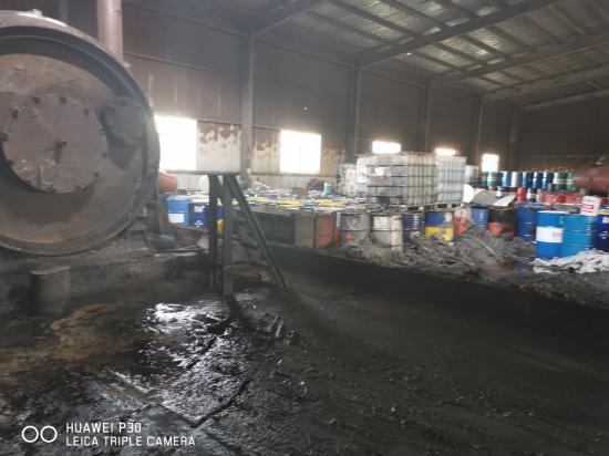 车间内堆满废矿物油的铁桶(炼制的原料)
