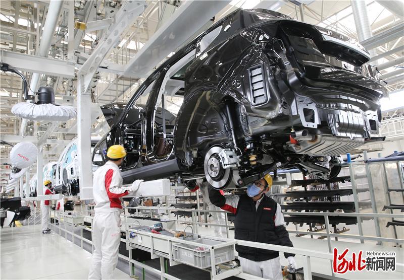 在长城汽车徐水分公司生产车间,员工在对汽车进行装配。(资料片) 河北日报记者史晟全摄