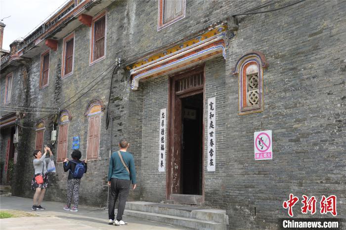 游客在琼海市博鳌镇留客村蔡家宅游览。凌楠 摄