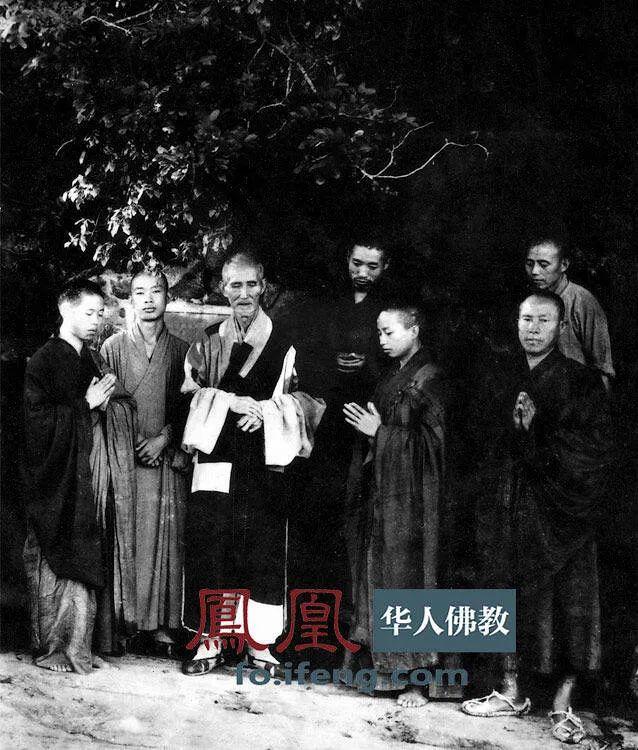 虚云老和尚118岁与大众法师摄于云居山,右一为绍云法师。(图片来源:凤凰网佛教 摄影:云居山真如禅寺)