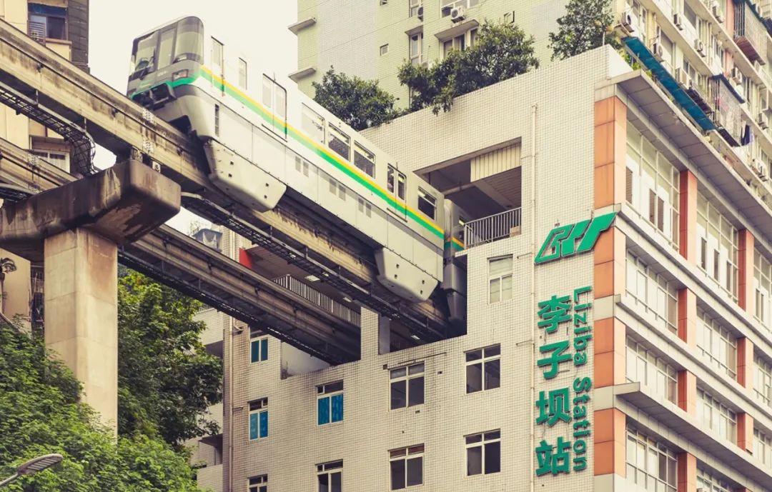 李子坝在重庆新兴景点中绝对是老网红了。虽然 轨道二号线经过李子坝时每天都会上演轻轨穿楼越壑,空中飞驰而过的神奇一幕,但仍然抵不住全国人民前来打卡的满满热情。