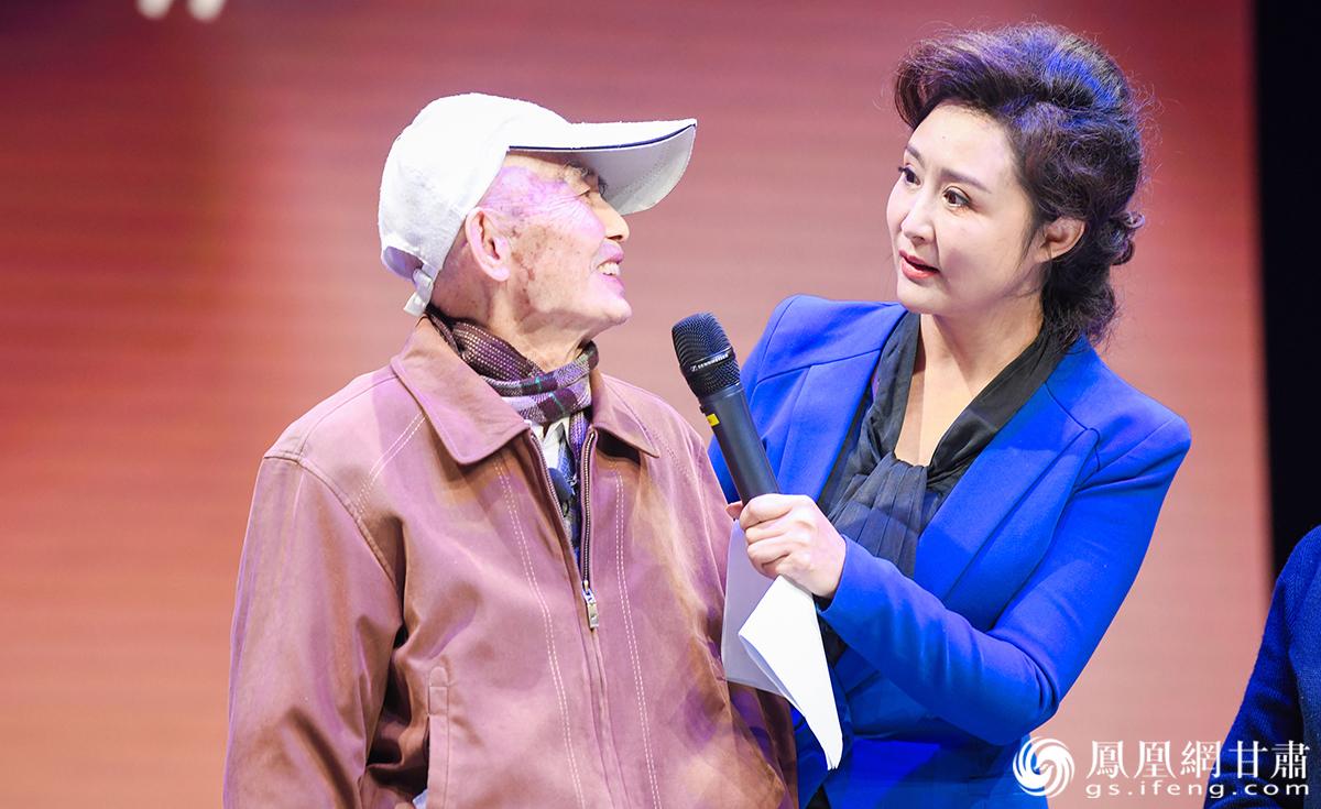 93岁的地质工程师宋文蓂(左)诉说自己的故事 杨艺锴 摄