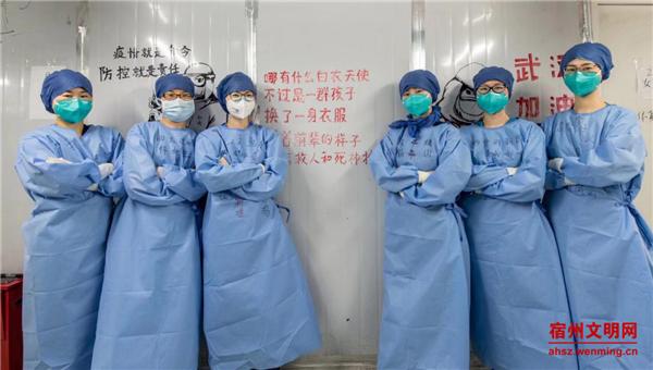 常琳女儿李文慧(左三)进驻武汉雷神山B区ICU室感控组工作