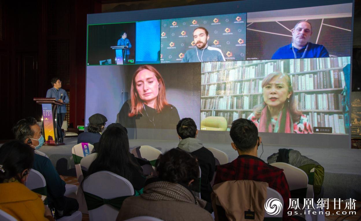 """来自英国、西班牙等国家的嘉宾云端对话,""""出席""""嘉峪关国际短片电影展论坛。张杰 摄"""