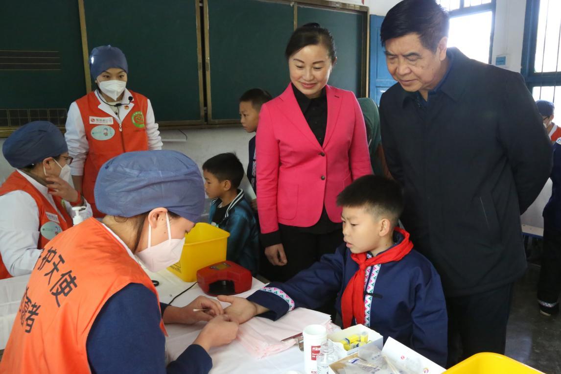 护理志愿者们正在为孩子采指血