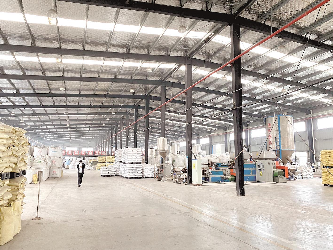 湖北供销再生资源回收华中工业园废塑料回收生产线。(湖北日报全媒记者 刘天纵 摄)
