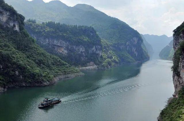 与美丽的阿依河相连的是 青龙洞。