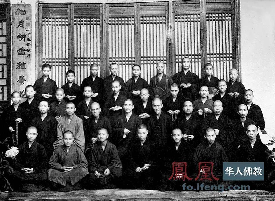 1948年5月,虚云老和尚与南华戒律学院全体师生合影留念。(图片来源:凤凰网佛教 摄影:云居山真如禅寺)