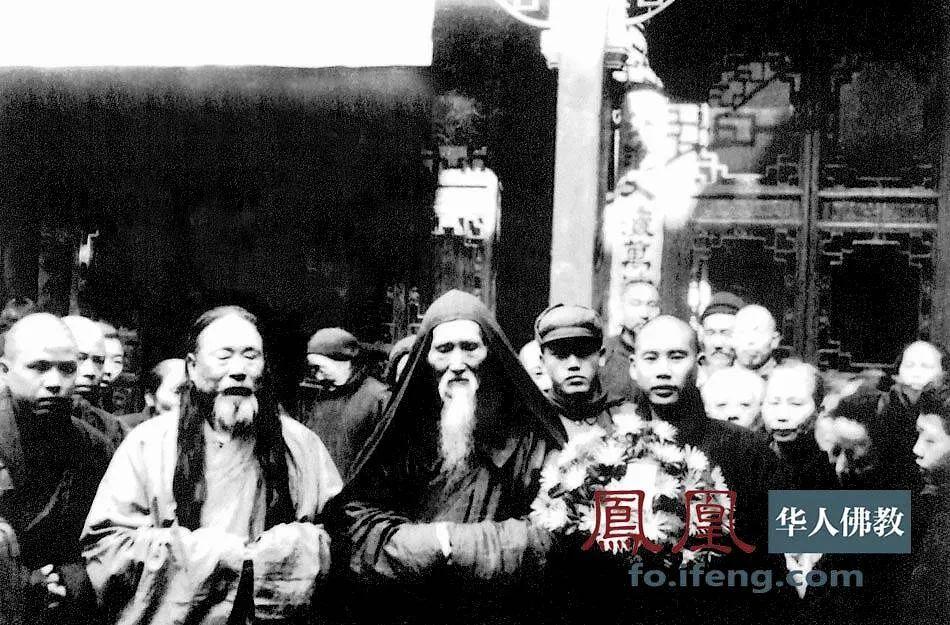 1952年,虚云老和尚与来果禅师、法云法师(左一)、佛源法师(右一)等在上海凤阳路侯在里崇德会合影。(图片来源:凤凰网佛教 摄影:云居山真如禅寺)