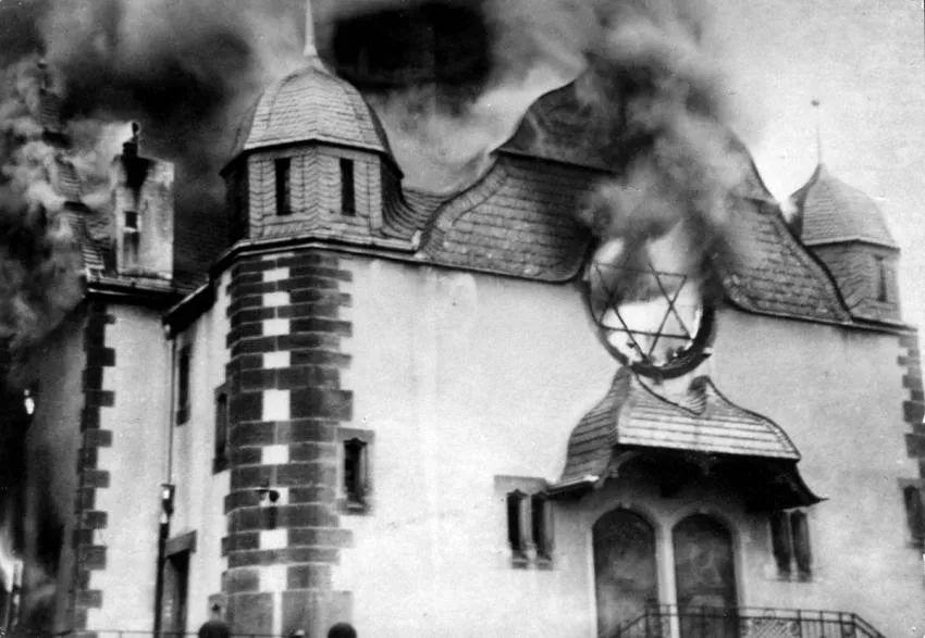 """""""碎玻璃之夜"""",是指1938年11月9日至10日凌晨,纳粹党员与党卫队袭击德国全境的犹太人的事件。这被认为是对犹太人有组织的屠杀的开始。"""