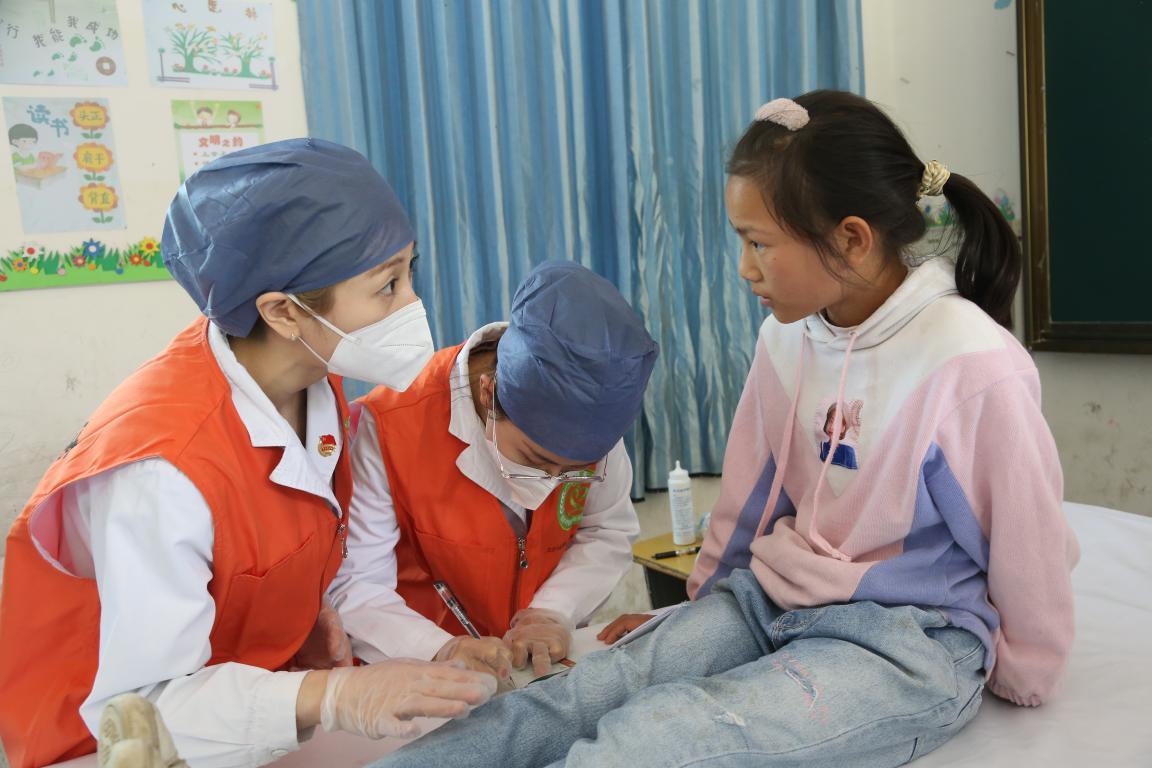 内科的医疗志愿者在进行B超检查之前的情况问询